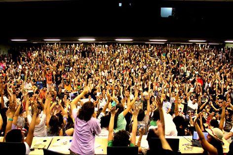 Assembleia estudantil na UFRJ reuniu mais de mil alunos (DCE Mário Prata)